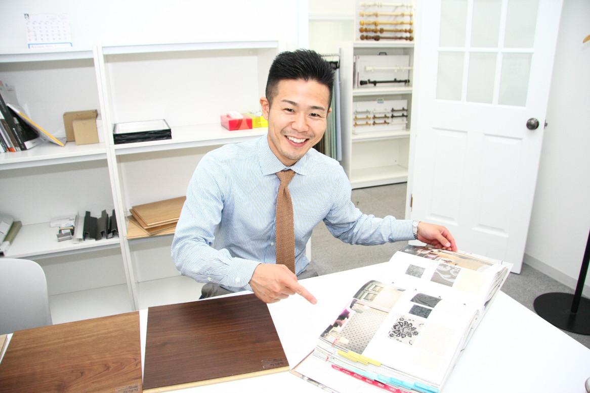 カタログを紹介するCOZY事業部の山下さん