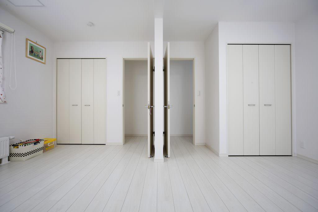 ドアが2つある部屋