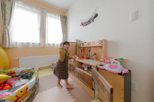 子供部屋で遊ぶ女の子
