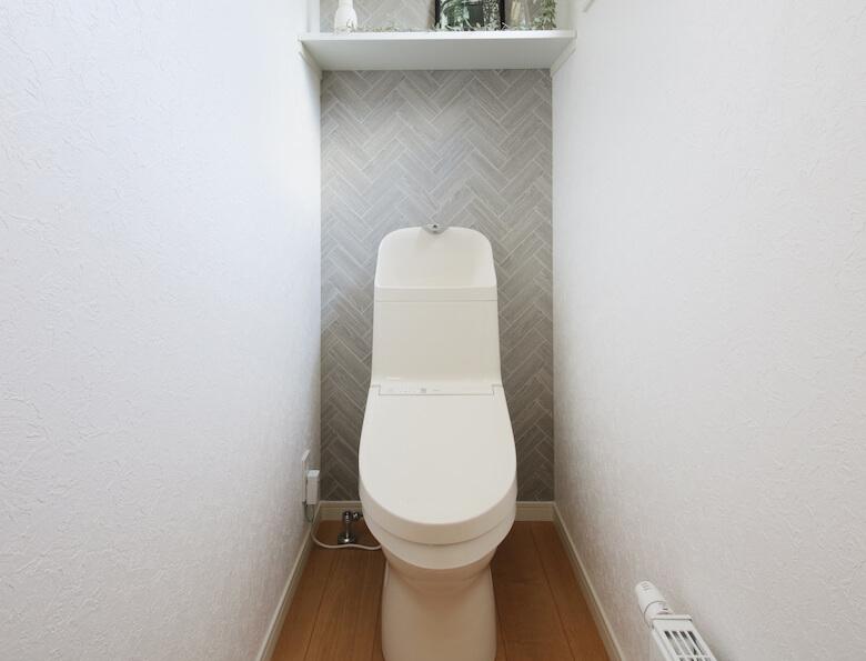 シンプルなインテリアのトイレ